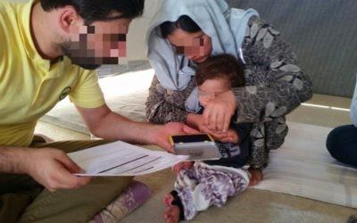 Le médiateur de CYCI documente la libération d'une femme et de son enfant Yazidi. (Crédit : autorisation)