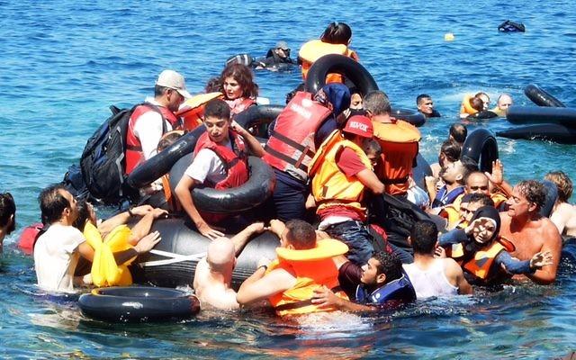 Les équipes d'IsraAID aidant des réfugiés à atteindre le rivage après que leur bateau se soit renversé au large de la côte grecque, le 13 septembre 2015 (Photo: Autorisation IsraAid)