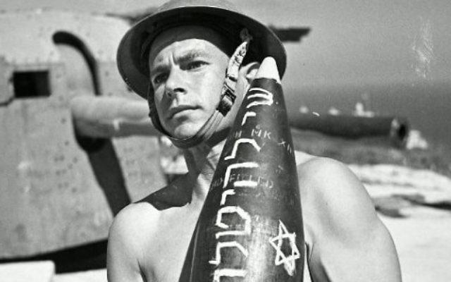 Un soldat de la brigade juive portant une ogive où l'on peut lire 'cadeau pour Hitler'