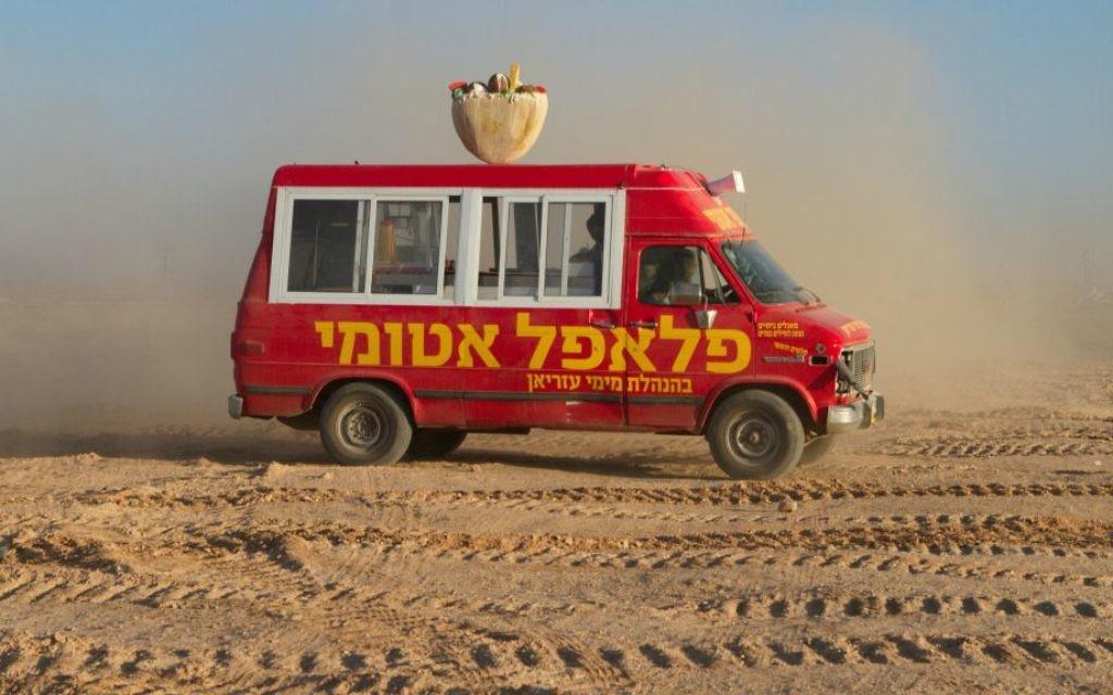 Le van 'Atomic Falafel' qui parcourt le désert pour servir des boules de pois chiches frites aux clients (Crédit : Autorisation Dror Shaul)