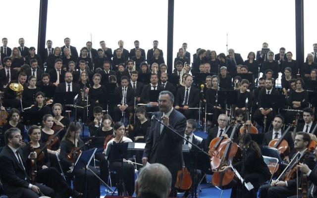 """Le rabbin David Rosen de l'AJC lors d'une représentation de """"La souffrance des innocents"""", réalisée par l'orchestre et le chœur du Chemin Néocatéchuménal en Galilée pour marquer les 70 ans à la fin de l'Holocauste. (Crédit : Autorisation)"""