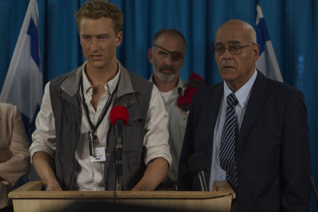 L'acteur allemand Alexander Fehling, avec les acteurs Shai Avivi et Jonathan Cherchi, font rire dans « Atomic Falafel » (Crédit : Autorisation Dror Shaul)