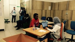 Rima enregistre un migrant érythréen. Rima travaille pour Arca, l'ONG italienne qui a été choisie par la municipalité de Milan pour exécuter le système d'enregistrement des migrants. (Crédit : Rossella Tercatin / The Times of Israel)