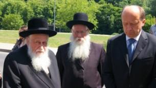 Le rabbin Shaye Schlesinger, à gauche, président du Comité pour la préservation des cimetières juifs en Europe, avec l'ancien Premier ministre lituanien Andrius Kubilius, à droite, lors d'une cérémonie à Vilnius en Juin 2011 (Autorisation de la Commission pour la préservation des cimetières juifs Europe / via JTA)