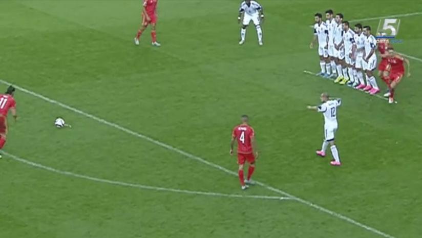 Le milieu de terrain du Pays de Galles Gareth Bale (à gauche) tente un coup franc sans succès durant le match de qualification du groupe B pour l'Euro 2016 entre le Pays de Galles et Israël au Cardiff City Stadium à Cardiff, dans le sud du Pays de Galles, le 6 septembre 2015 (Crédit ; Capture d'écran Cinquième chaîne)