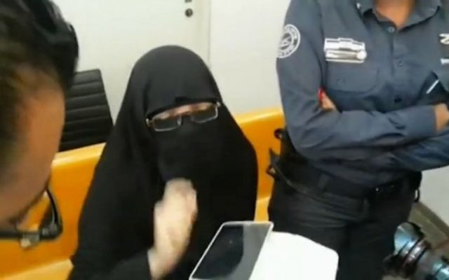 Ayman Ahmed Mohamed Kanjou, accusée de chercher à rejoindre le groupe Etat islamique en Syrie, à la Cour de district de Haïfa, le dimanche 20 septembre 2015 (Capture d'écran : police israélienne via Ynet)