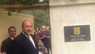 Le directeur du ministère des Affaires étrangères, Dore Gold, assistant à la cérémonie de réouverture de l'ambassade d'Israël au Caire, en Egypte, le mercredi 9 septembre 2015 (Crédit : Ministère des Affaires étrangères)