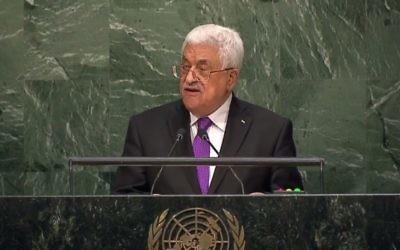 Rencontre entre le dirigeant palestinien Mahmoud Abbas et le ministre français des Affaires étrangères Laurent Fabius au Caire le 18 juillet 2014. (Crédit : AFP / PPO / Thaer Ghanem)