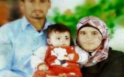 Saad et Riham Dawabsha, avec leur bébé Ali. Tous les trois sont morts lorsque leur maison dans le village de Douma, en Cisjordanie, a été incendiée par des extrémistes juifs présumés, le 31 juillet 2015 (Crédit : capture d'écran Deuxième chaîne)