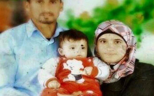 Saad et Riham Dawabsha, avec leur bébé Ali. Tous les trois sont morts lorsque leur maison dans le village de Douma, en Cisjordanie, a été incendiée par des extrémistes juifs présumés, le 31 juillet 2015. (Crédit : capture d'écran Deuxième chaîne)