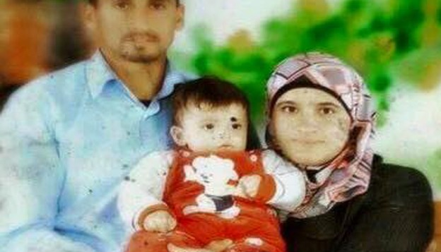Saad et Riham Dawabsha, avec leur bébé Ali . (Crédit : capture d'écran Deuxième chaîne)