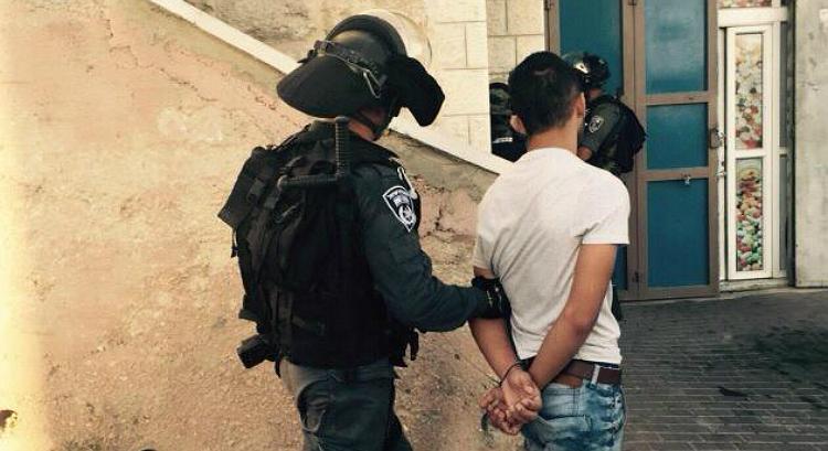 Les agents de la police des frontières arrêtent un émeutier palestinien après des affrontements dans le quartier de Jabel Mukaber à Jérusalem le 18 septembre 2015. (Police israélienne)