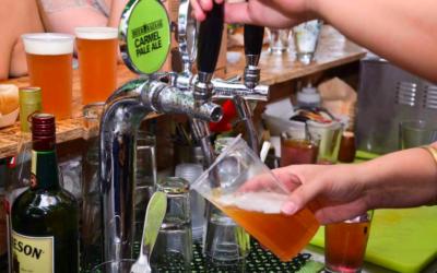 Un barman servant du Carmel Pale Ale, une bière  israélienne (Crédit :  Beer Bazaar)