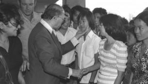 Le Premier ministre Menahem Begin accueille des réfugiés vietnamiens qui ont été integrés à Afula, le 26 juin 1980 (Credit photo: Herman Chanania / GPO)