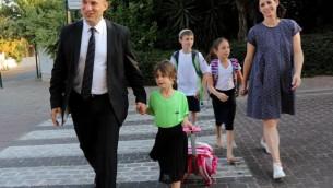 Naftali Bennett accompagne  sa fille Avigail pour sa première rentrée scolaire en CP  et pour sa propre première rentrée scolaire en tant que ministre de l'Education, le mardi 1er septembre 2015. (Crédit photo: Sasson Tiram)