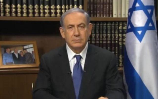 Le Premier ministre Benjamin Netanyahu s'adressant  aux Juifs américains à propos de l'accord nucléaire avec l'Iran dans une webconférence en direct, le mardi 4 août 2015 (Capture d'écran)