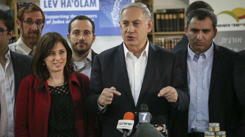 Le Premier ministre Netanyahu, les députés Tzipi Hotovely (à gauche) et Zeev Elkin (à droite) lors d'une visite de l'organisation Lev HaOlam, à Jérusalem le 3 février 2015. L'organisation promeut l'exportation et la vente de produits des implantations de Cisjordanie (Crédit : Hadas Parush / Flash90 )