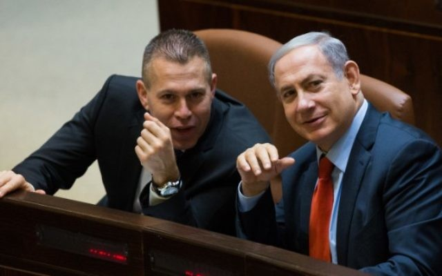 Le Premier ministre Benjamin Netanyahu (à droite) et le ministre de la Sécurité intérieure Gilad Erdan à la Knesset, à Jérusalem, le 7 septembre 2015. (Crédit : Yonatan Sindel / Flash90)