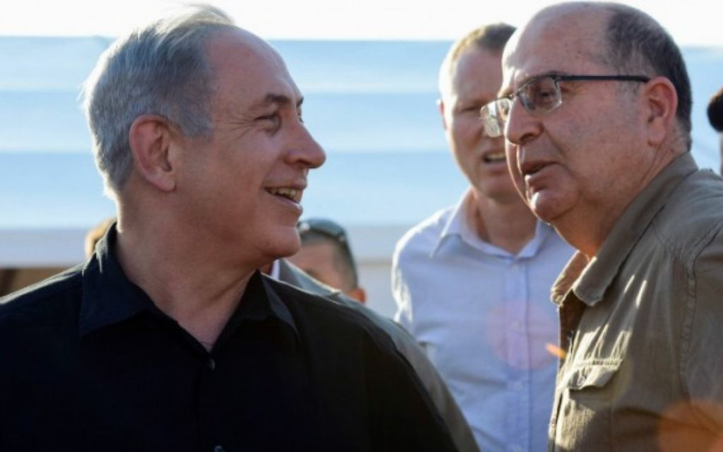 Le ministre de la Défense Moshe Yaalon (à droite) et le Premier ministre Benjamin Netanyahu à la frontière d'Israël avec la Jordanie, le 6 septembre 2015. (Crédit : Haim Zach / GPO)
