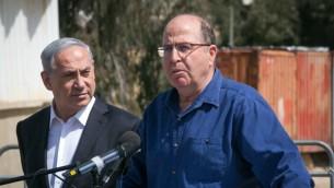 Moshe Yaalon, alors ministre de la Défense, et le Premier ministre Benjamin Netanyahu sur une base militaire, le 10 mars 2015. (Crédit : Ohad Zwigenberg)