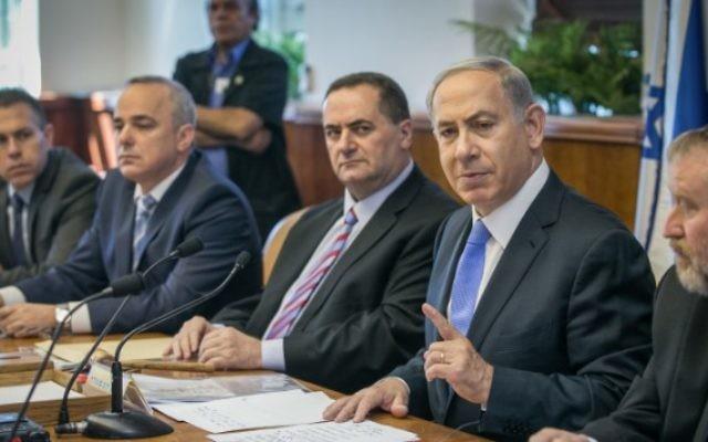 Le Premier ministre Benjamin Netanyahu dirige la réunion hebdomadaire du cabinet au bureau du Premier ministre à Jérusalem le 20 septembre 2015 (Crédit photo: Ohad Zwigenberg / Pool / Flash90)