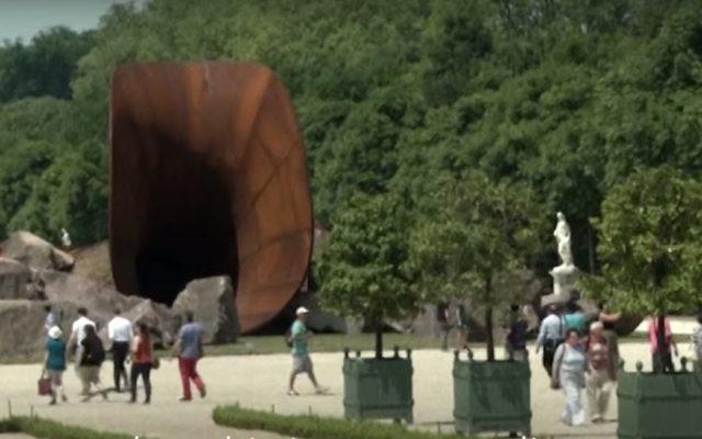 "Le ""vagin de la Reine"" d'Anish Kapoor (Crédit : al-Jazeera via YouTube)a"
