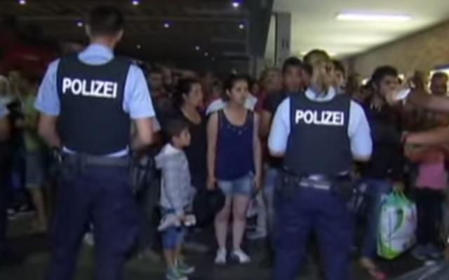 Des réfugiés syriens arrivant à Munich en train (Crédit :  Capture d'écran YouTube/Euronews)