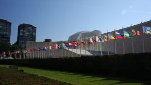 La rangée de drapeaux devant l'Assemblée générale de l'ONU au siège de l'agence à New York le 16 septembre 2010. (CC BY-SA Yerpo, Wikimedia Commons)