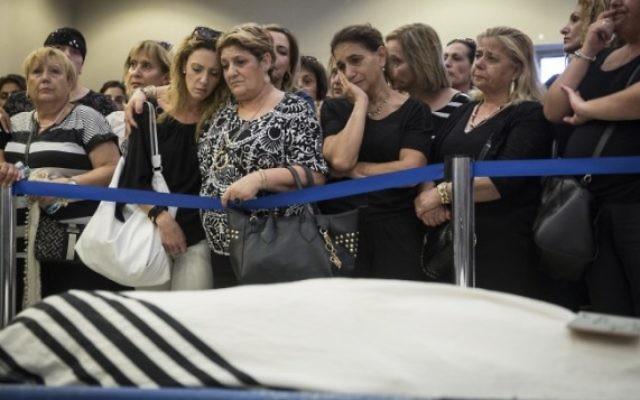 La  famille et les amis d'Alexander Levlovitz assistent à ses funérailles, le 16 septembre 2015.  (Crédit : Hadas Parush/Flash90)