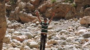 Mohammed, l'assistant  du journaliste de JTA Ben Sales, lors d'un moment de triomphe le long du sentier de l'etrog (Photo: Ben Sales/ JTA)