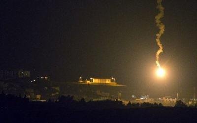 Une photo prise à partir de la frontière sud d'Israël avec la bande de Gaza montre des fusées éclairantes israéliennes au dessus de l'enclave côtière palestinienne, le 7 juillet 2014 (Crédit photo: Jack Guez / AFP)