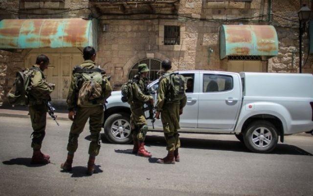 Des soldats israéliens dans la ville de Hébron en Cisjordanie, le 10 juillet 2015 (Crédit photo: Garrett Mills / Flash90)
