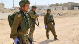 Le Major (Rés.) Doron Herman avec deux autres membres de l'unité de recherches des personnes disparues de l'armée israélienne au cours d'un exercice (Photo: Eric Cortellessa / Times of Israel)