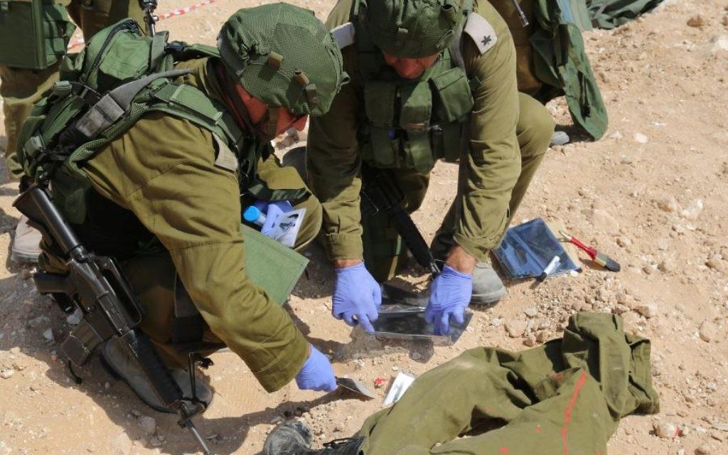 Les membres de l'unité Eitan, qui recherche des corps disparus, prélever des échantillons de sang dans le cadre d'un exercice d'entraînement. (Crédit : Eric Cortellessa / Times of Israël)