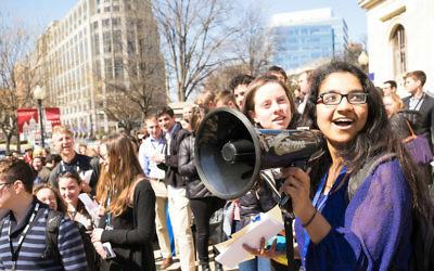 Amna Farooqi (à droite de la photo) amène les élèves J Street U à une manifestation contre Hillel international en marge de la conférence de J Street U, à Washington, le 23 mars 2015 (Crédit : Moshe Zusman / JTA)