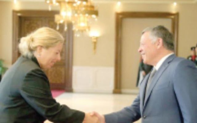 Einat Shlein, nouvelle ambassadrice d'Israël en Jordanie, est accueilli par le roi Abdallah à Amman, le 7 septembre 2015. (Crédit : autorisation)
