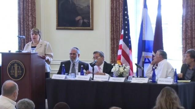 Rachel Levmore (à gauche), avocate devant la cour rabbinique. (Crédit : capture d'écran YouTube)