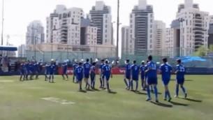 L'équipe de  football des jeunes de Maccabi Petah Tikva (Crédit : Capture d'écran YouTube)