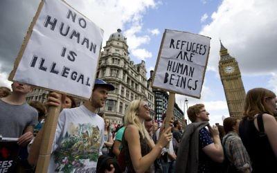 Des manifestants devant le Parlement britannique lors d'un rassemblement pro-réfugiés dans le centre de Londres, le 12 septembre 2015 (Crédit photo: JustinTallis / AFP)