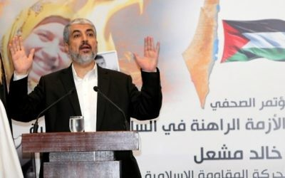 Khaled Meshaal, dirigeant politique en exil du mouvement islamiste terroriste palestinien du Hamas, pendant une conférence de presse dans la capitale qatarie, Doha, le 7 septembre 2015. (Crédit : Karim Jaafar/Al-Watan Doha/AFP)
