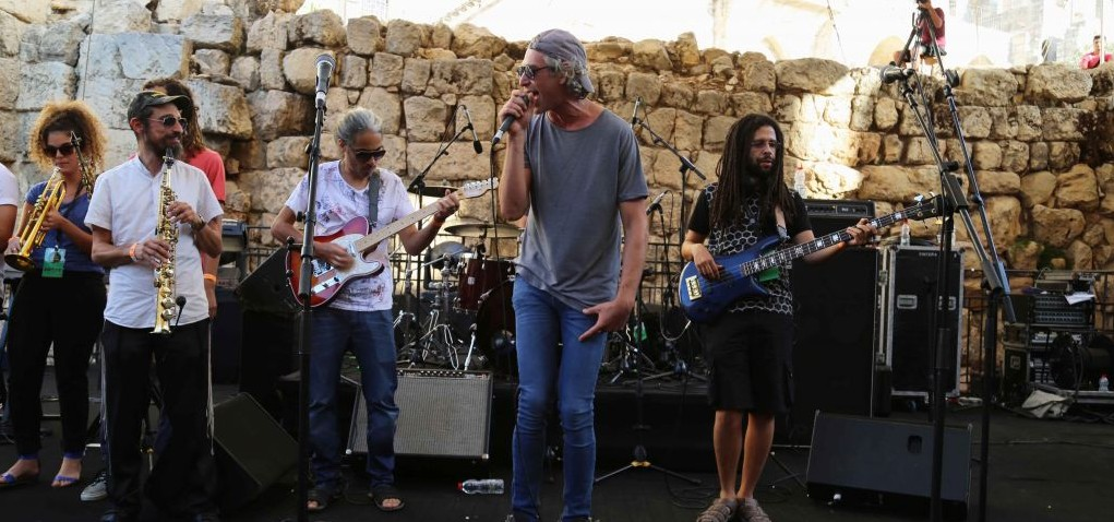 Le chanteur juif américain Matisyahu se produisant au Festival de la Musique sacrée dans la Vieille Ville de Jérusalem, le 4 septembre 2015 (Crédit : Eric Cortellessa