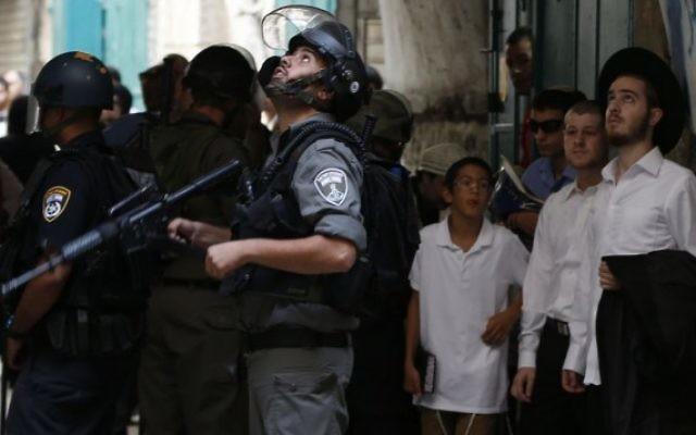 La police des frontières israélienne lors d'affrontements dans et autour du mont du Temple dans la Vieille Ville de Jérusalem, le 15 septembre 2015 (Crédit photo: Flash90)