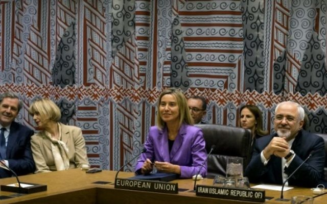 Le Haut Représentant de l'Union Européenne pour les affaires étrangères et la politique de sécurité Federica Mogherini (au centre) et le ministre iranien des Affaires étrangères Mohammad Javad Zarif assistent à une réunion dex P5+ 1 + l'UE + l'Iran lors de la 70e session de l'Assemblée générale des Nations Unies à New York le 28 septembre 2015 (Crédit photo: Craig Ruttle /POOL / AFP)