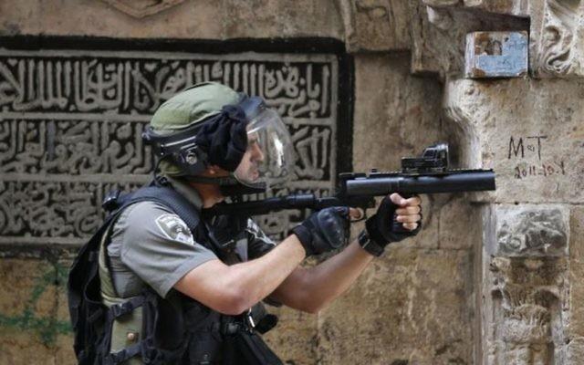 Un garde-frontière au mont du Temple, dans la Vieille Ville de Jérusalem, le 15 septembre 2015. (Crédit : Flash90)