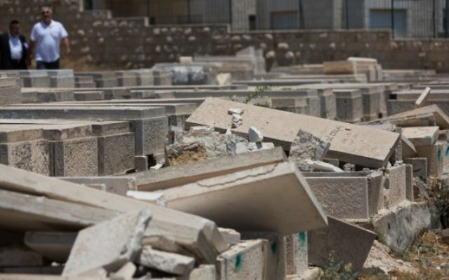 Des pierres tombales profanées au cimetière du mont des Oliviers le 23 juin 2015 (Crédit photo: Yonatan Sindel / Flash90)