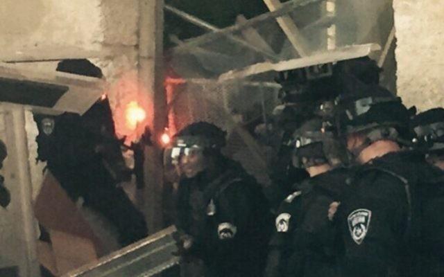 Des policiers examinent une barricade mise en place par les Palestiniens sur le mont du Temple, à Jérusalem, le 13 septembre 2015 (Photo: Porte-parole de la police)