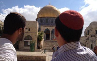 Des Juifs religieux visitant le mont du Temple, le 25 août 2015 (Photo: Elhanan Miller / Times of Israel)