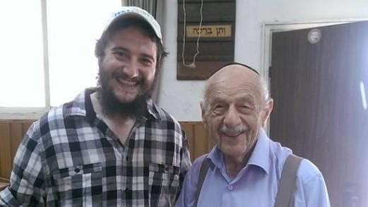 L'ancienne et la nouvelle génération : le rabbin Eli Naiditch, à gauche, avec Pessah Steiner, 92 ans, qui vit toujours à proximité de la synagogue. (Crédit : Autorisation Eli Naiditch)