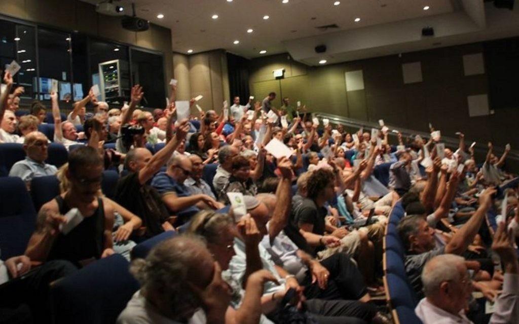 Les membres votent à l'assemblée annuelle d'Ofek, en septembre 2014 (Crédit : Facebook)