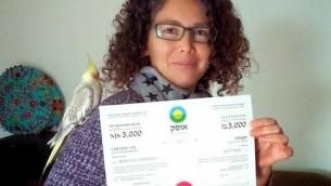 Un membre d'Ofek exhibant son certificat (Crédit : Facebook)
